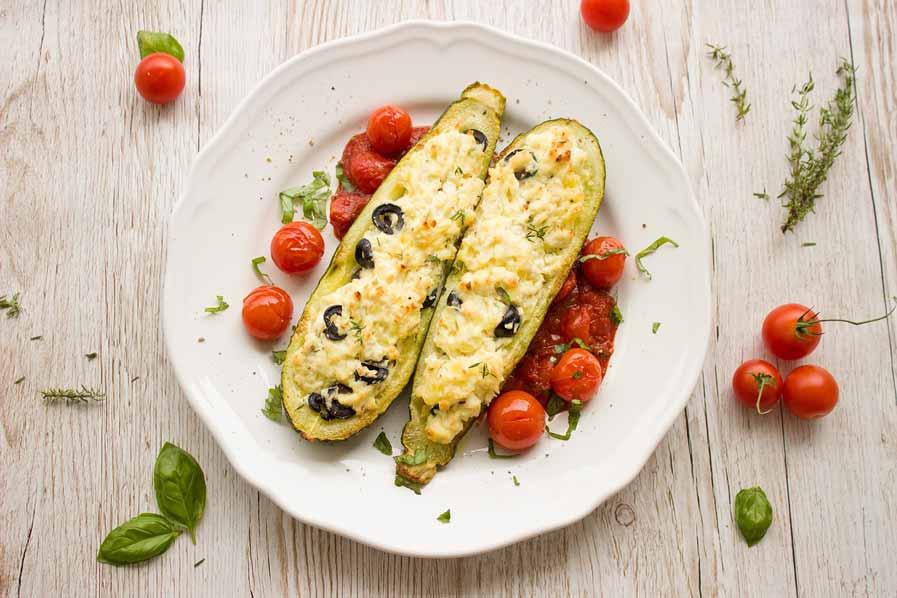 Gevulde courgette met kaas en tomaten