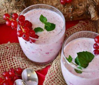 Yoghurtshake met rode vruchten