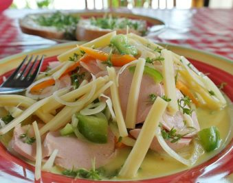 Zomerse worst-kaas-salade