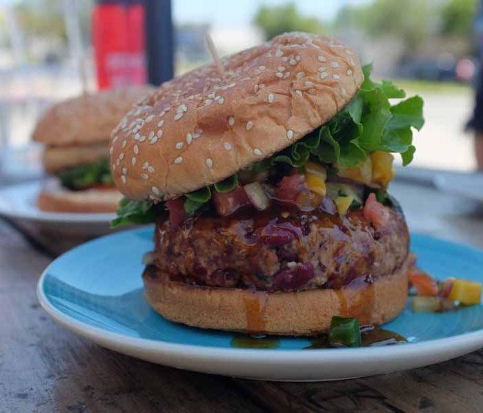 Baconburger met ananassalsa
